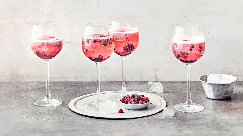 Prickelnd und lecker süßlich schmeckt unser Rezept für Lillet Wildberry. Wir ergänzen Likör und Tonic mit ein paar Tiefkühlbeeren.