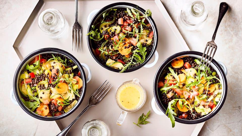 Unser Tipp für einen veganen Snack: Probieren Sie unseren Salat aus Beluga-Linsen an buntem Gemüse mit Senf-Weinessig-Vinaigrette!