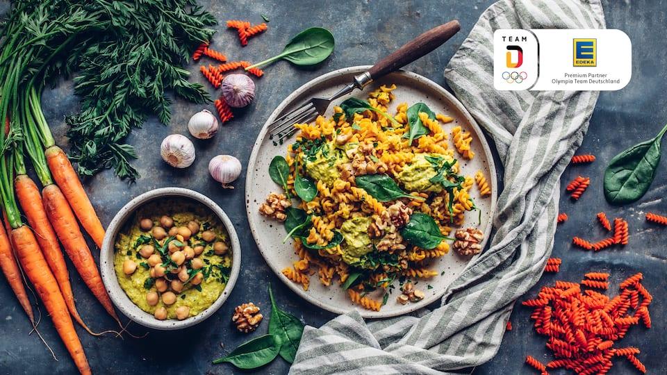 Linsen-Pasta mit Gemüse-Hummus