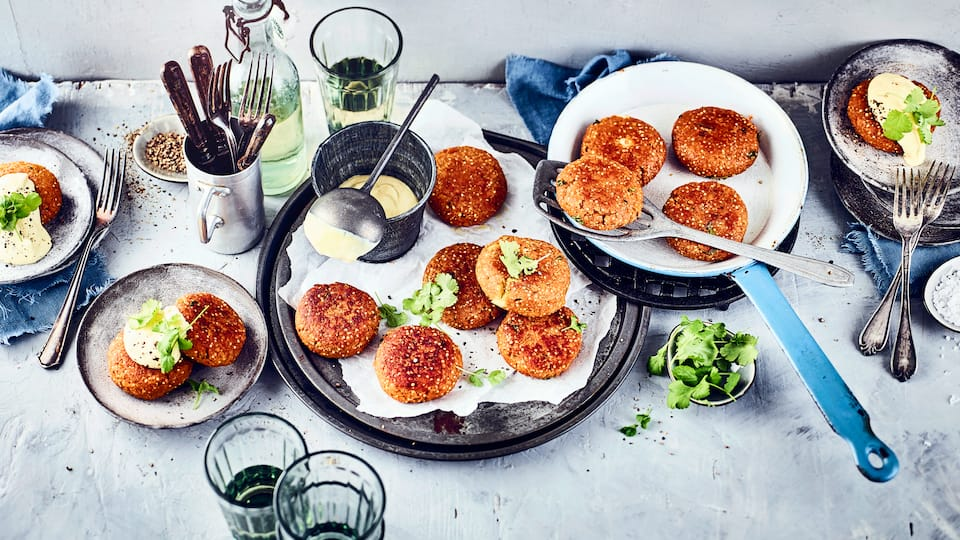 Eine vegetarische Alternative zu klassischen Buletten aus Hackfleisch gesucht? Probieren Sie einmal unsere Linsenfrikadellen mit selbstgemachtem Curry-Senf-Dip.