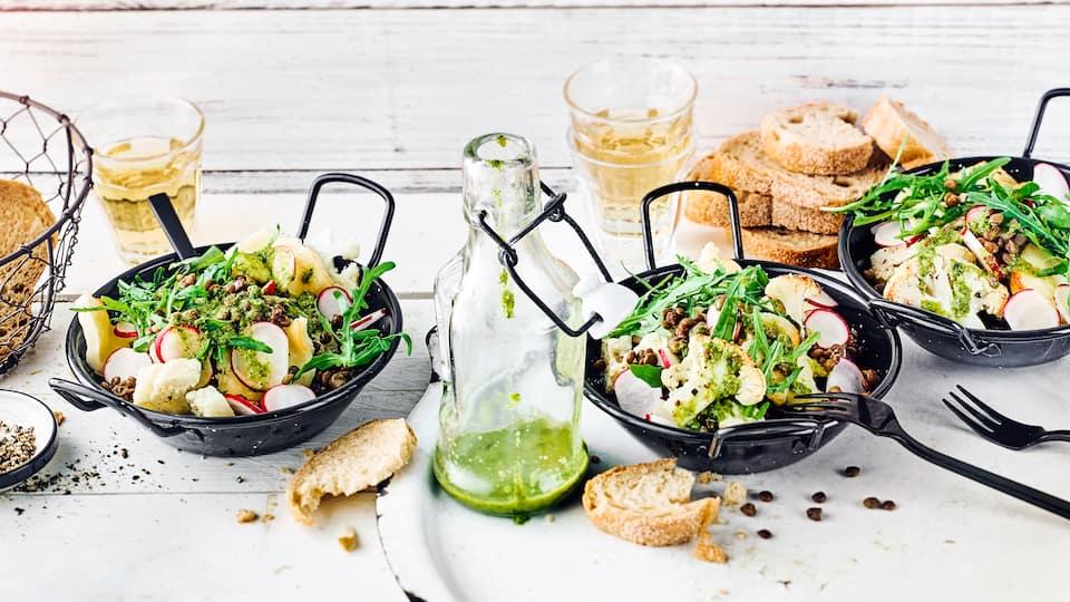 Leckerer Linsensalat mit Radieschen, Blumenkohl, Rucola und Halloumi: Ideal als leichtes Mittagessen im Sommer oder als Beilage beim Grillen.