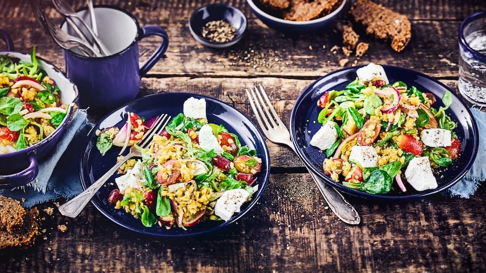 Ein vegetarisches Highlight: Unser Linsensalat mit Trauben verführt Sie mit süßen Trauben zu zartschmelzendem Ziegenkäse auf roten Linsen und Feldsalat!