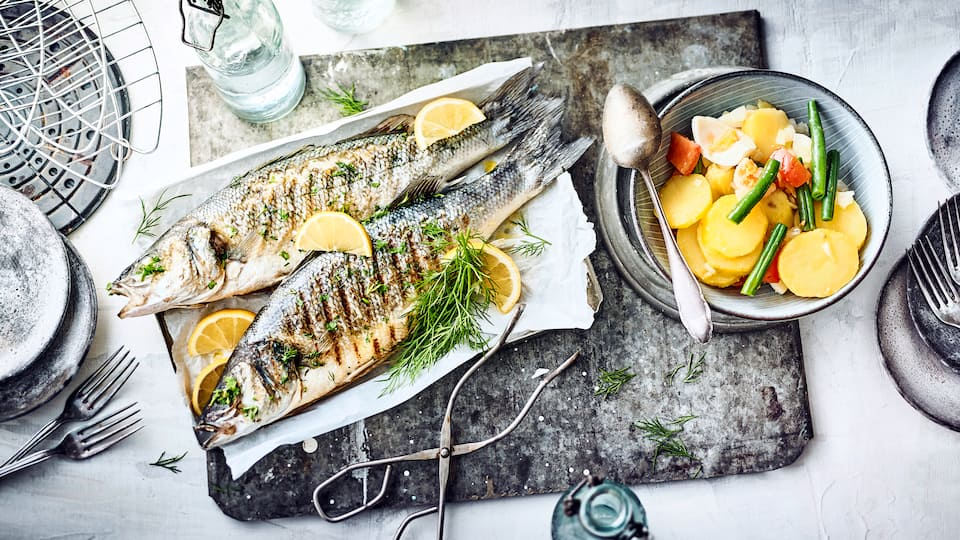 Loup de mer grille - ein leckeres Fischgericht für den Grill: Probieren Sie unseren gegrillten Wolfsbarsch mit provenzalischen Kartoffelsalat aus Frankreich.