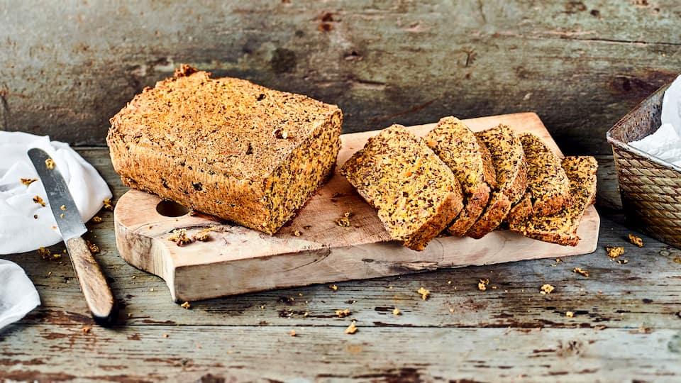 Wer gerne Brot isst, aber auf Mehl verzichten möchte, hat mit unserem Rezept für Low-Carb-Brot eine perfekte Alternative!