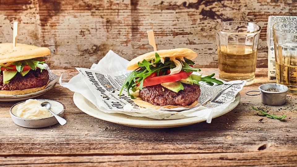 Burgergenuss geht auch Low Carb mit unserem Rezept für selbstgemachte Low-Carb-Burger mit Frischkäse-Ei-Buns, Rinderhack-Patties und allerlei Belag.