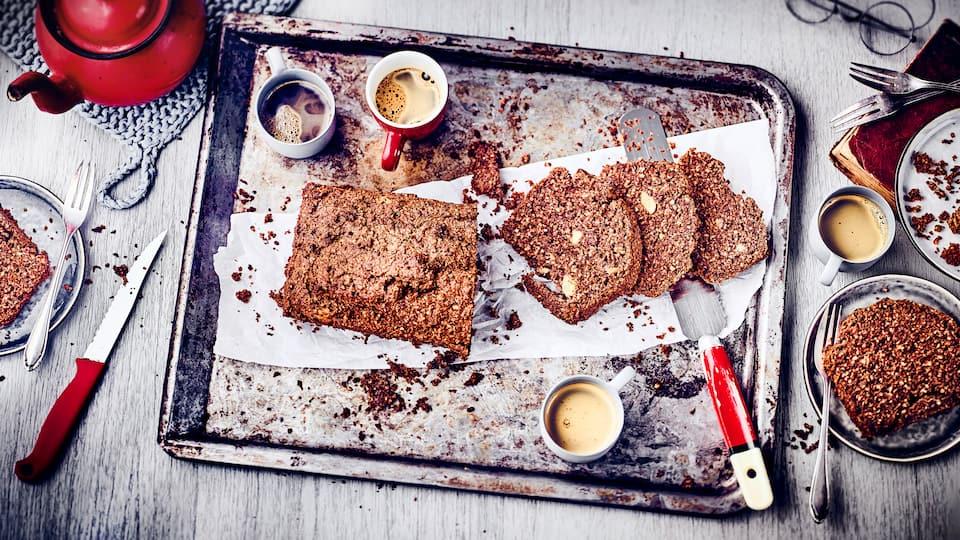 Viel Kuchen aber wenig Kohlenhydrate geht nicht? Aber klar! Probieren Sie unseren Low Carb Kuchen mit Zartbitterschokolade, Eiern, viel Haselnuss und Banane!
