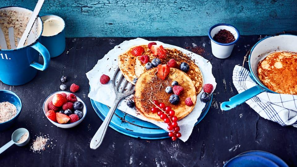 Low Carb und Pancakes – passt das zusammen? Aber natürlich! Unser Rezept für Pancakes braucht kein Mehl, sondern besteht aus Frischkäse, Speisequark, Eiern und gemahlenen Mandeln. Beeren und geraspelte Schokolade runden das Ganze ab.