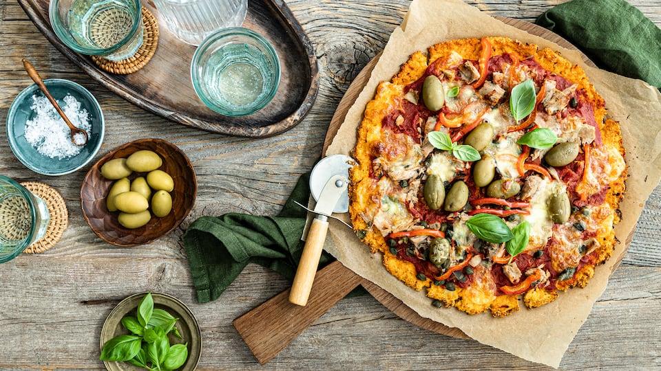 Wer auf echten Pizzagenuss nicht verzichten möchte, aber gerne etwas an Kalorien spart, ist hier genau richtig: Unser Rezept für selbstgemachte Low Carb Pizza müssen Sie ausprobieren!