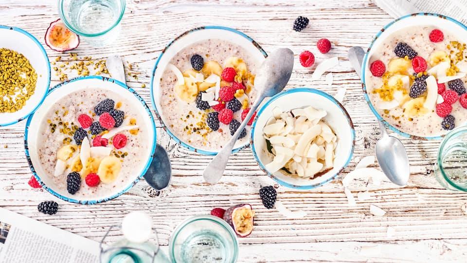 Porridge ist gesund und lecker und wir servieren Ihnen eine Low-Carb-Variante mit viel frischem Obst. Und vegan ist es auch noch!