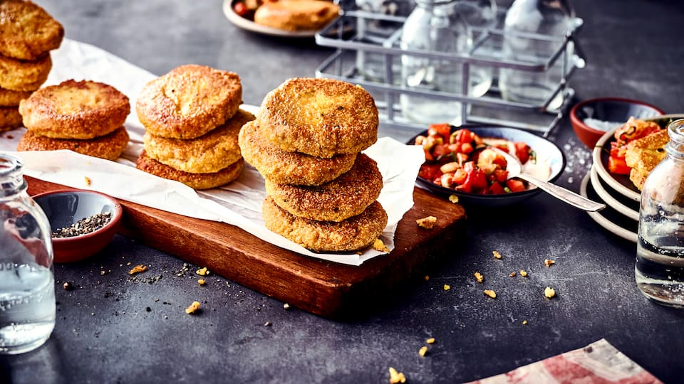 Bratlinge aus veganen Süßlupinen-Schrot mit Karotten, Lauch und Zwiebeln. Dazu reichen wir einen selbstgemachten Tomaten-Dip.