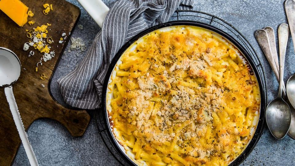 Der US-Klassiker aus Nordamerika: Mac & Cheese mit Blumenkohl und zweierlei Käse schmeckt super aromatisch und extrakäsig.