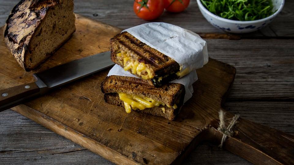 Unser Rezept für Mac & Cheese Sandwich ist perfekt zur Resteverwertung – damit entsteht ein krosses Sandwich mit saftiger Käse-Makkaroni-Füllung!
