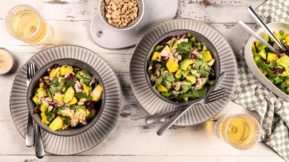Eine Kombination die frischer nicht sein könnte: Mango-Avocado-Salat mit genussreifen Früchten, Römersalat, Koriander und Erdnüssen.