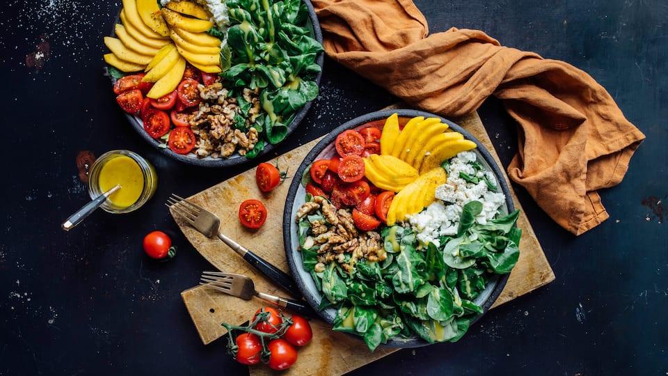 Diese Kombination werden Sie lieben: Unser Mango-Feta-Salat mit Feldsalat, Tomaten und gerösteten Walnüssen schmeckt super aromatisch und ist genau das Richtige für den Sommer!