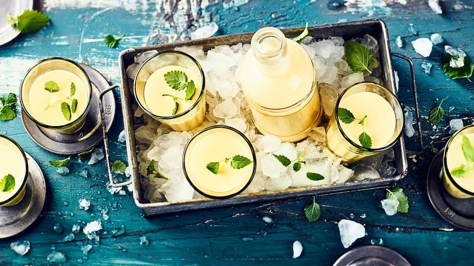 Bereiten Sie erfrischende Joghurtdrinks mit unserem Mango-Lassi-Rezept zu und genießen Sie die fruchtigen Aromen des köstlichen Getränks.