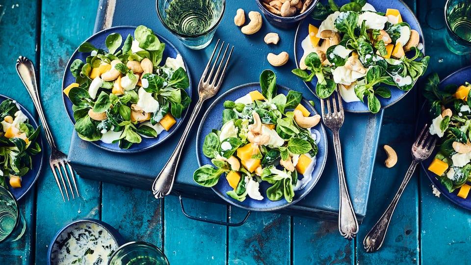 Auch wenn die Kombination von Mango und Mozzarella auf den ersten Blick etwas gewöhnungsbedürftig erscheint, so überzeugt sie im Geschmack sofort: Genau das Richtige für den Sommer!