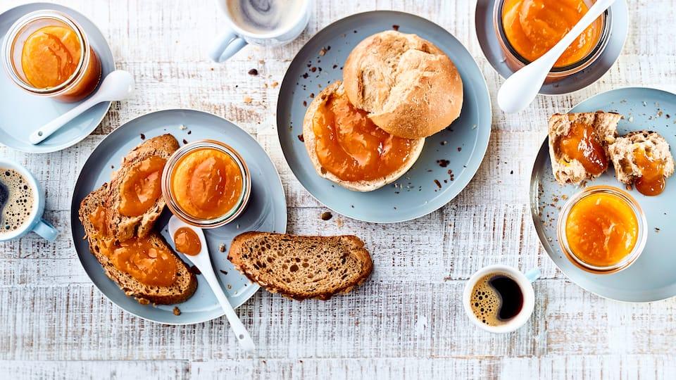 Ob auf Brötchen, Rosinenstuten oder einem leckeren Krustenbrot: Fruchtige Mangomarmelade schmeckt einfach immer und lässt sich auch super verschenken!