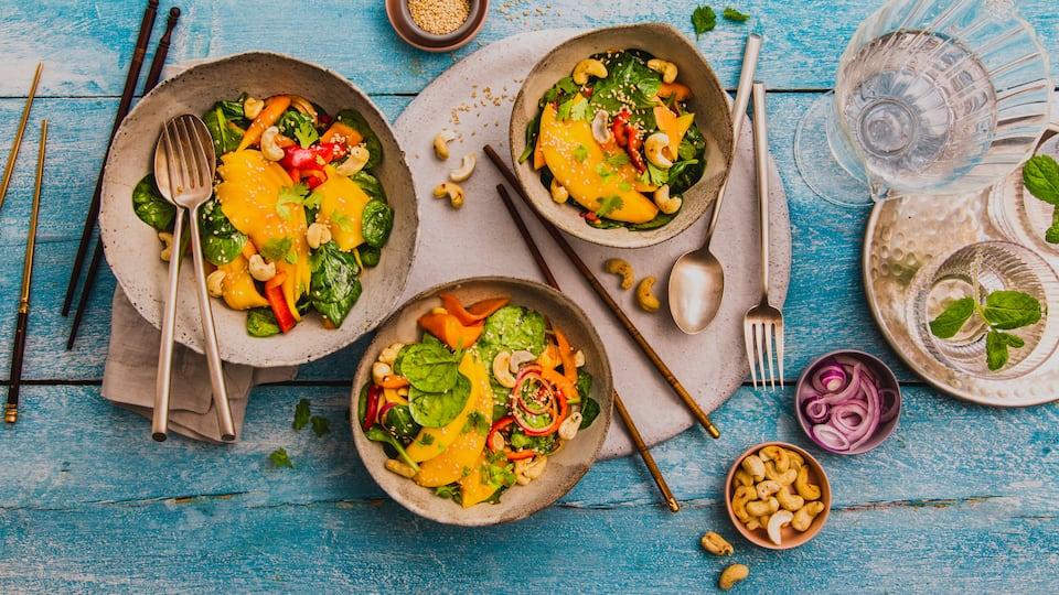 Die unverwechselbare Süße reifer Mangos, die milde Schärfe roter Zwiebeln und der intensive Koriander-Geschmack kennzeichnen diese ungewöhnliche Salatkreation, die vor allem zu Fischgerichten köstlich schmeckt.