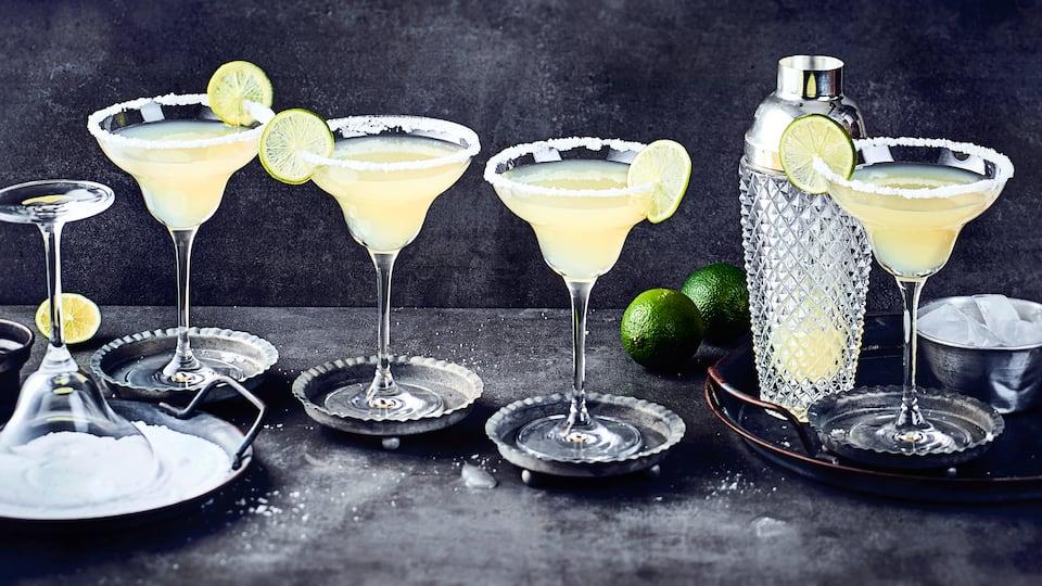 Im klassischen Margarita Glas serviert und mit Salzrand dekoriert macht dieser Cocktail besonders viel her. Klassischer Margarita mit Tequila, Orangenlikör und Limettensaft.