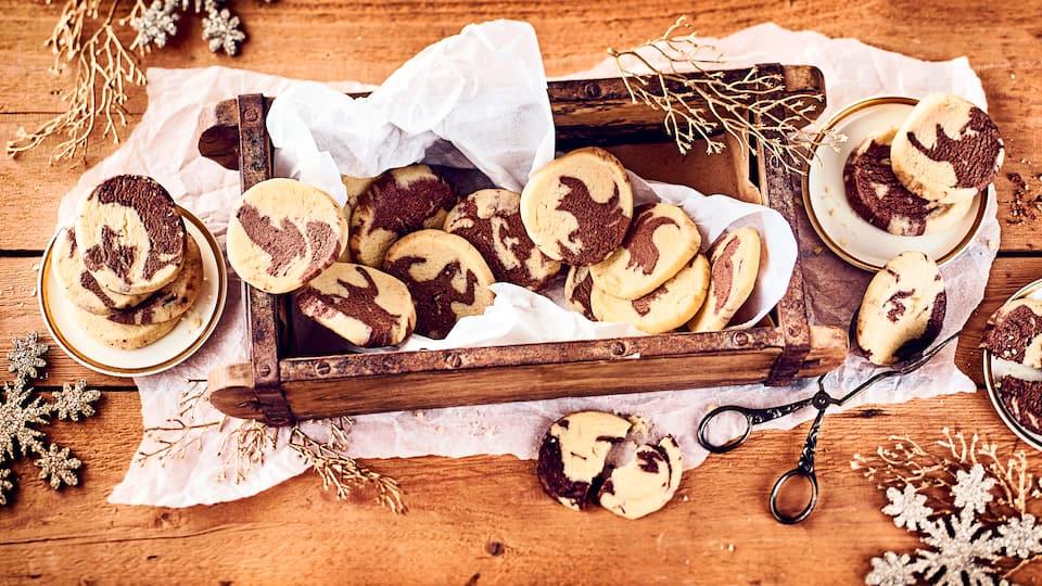 Zartes Buttergebäck zu Weihnachten: So fusionieren Milch und Kakao zu unserem marmorierten Heidesand mit feinem Marzipan und Vanillemark.