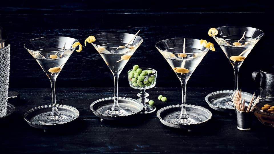 Oftmals als Cocktail bezeichnet ist der Martini eher ein Aperitif. Ob geschüttelt oder gerührt, mit oder ohne Olive – trinken Sie Ihren Martini wie es Ihnen gefällt.