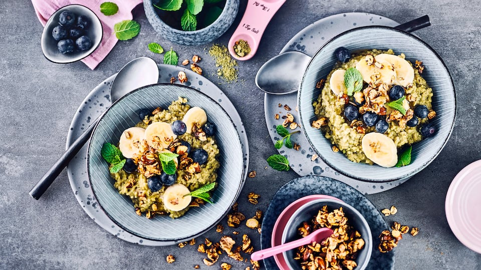 Starten Sie ausgewogen in den Tag, mit dem Matcha-Porridge mit Haferdrink gelingt das auf jeden Fall. Für ein noch bewussteres Frühstück greifen Sie einfach für Ihr Porridge zu saisonalem Obst aus der Region!