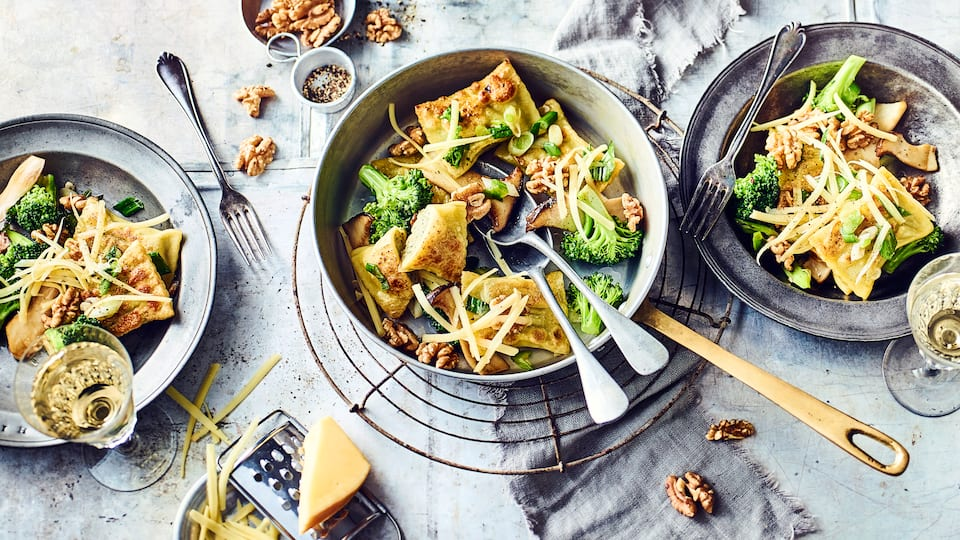 So kennen Sie Maultaschen vielleicht noch nicht? Wir servieren sie einmal nicht in Brühe oder Suppe sondern lecker angebraten mit Pilzen, Walnüssen und Bergkäse als Maultaschenpfanne.