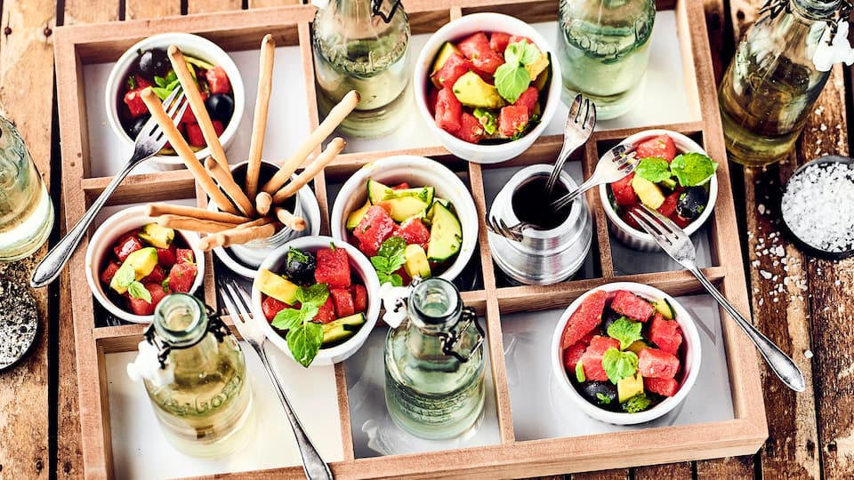 Ein erfrischender Salat mit Melone, Gurke, schwarzen Oliven und Avocado - besonders ideal für heiße Sommertage und wenn es schnell gehen muss!
