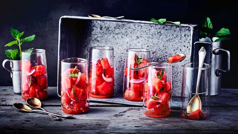 Erfrischende Wassermelone, Minzblätter und Ingwer. Genießen Sie unseren Melonen-Minze-Apéro!