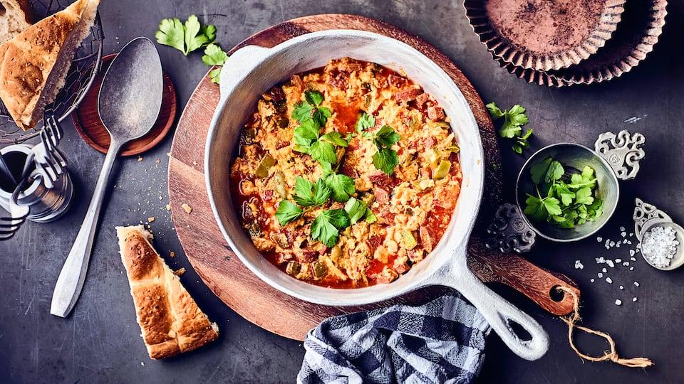 Eigentlich eine Frühstücksspeise, aber hierzulande auch gut als Mittagessen oder Abendessen servierbar: Menemen – türkische Eierspeise mit Tomaten, Paprika und Zwiebeln.
