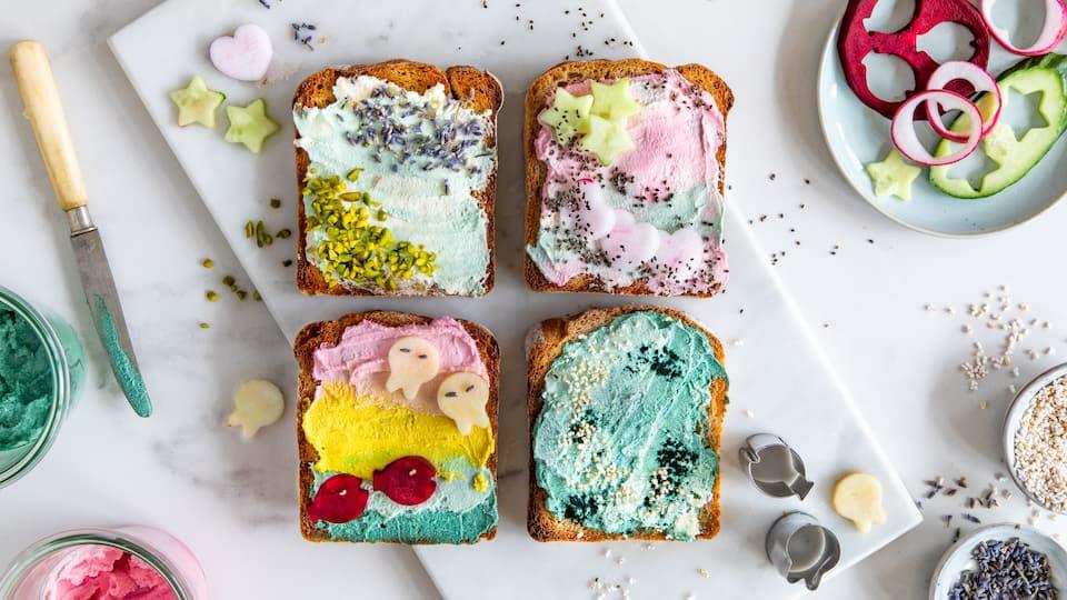 Nicht nur für kleine Meerjungfrauen-Liebhaber wirklich ein Highlight: Servieren Sie doch einmal das Mermaid-Toast mit verschiedenen Motiven und bringen Kinderaugen zum Strahlen!