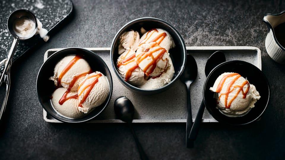 Wer hätte gedacht, dass gezuckerte Kondensmilch so vielseitig einsetzbar ist? Zum Beispiel in unserem Rezept für selbstgemachtes Milchmädchen-Eis.