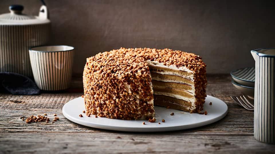 Es braucht zugegebenermaßen etwas Zeit und Geduld, aber das Ergebnis lohnt sich: Selbstgemachte Milchmädchen-Torte mit Haselnusskrokant-Topping.
