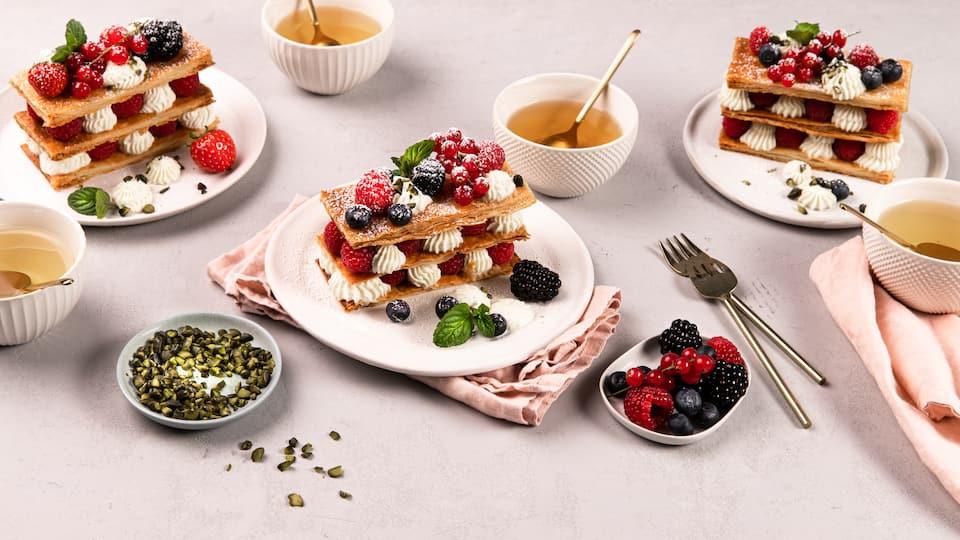 Zugegeben: 1000 Schichten schaffen wir nicht, aber auch ein paar Schichten genügen wir dieses optische und geschmackliche Erlebnis: Mille-feuille mit Beeren ist die perfekte Idee zum Muttertag.