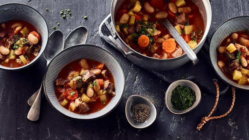 Die Minestrone kommt ursprünglich aus Italien und lässt sich in vielen Varianten zubereiten. Wie zum Beispiel in diesem Rezept mit Rindfleisch-Einlage.