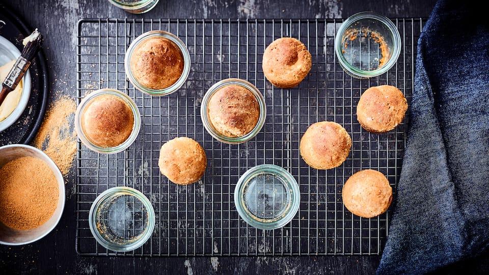 Leckere kleine Hefebrötchen mit Apfelstückchen in Gläsern gebacken - eine süße Idee zum Frühstück oder als Nachmittagssnack.