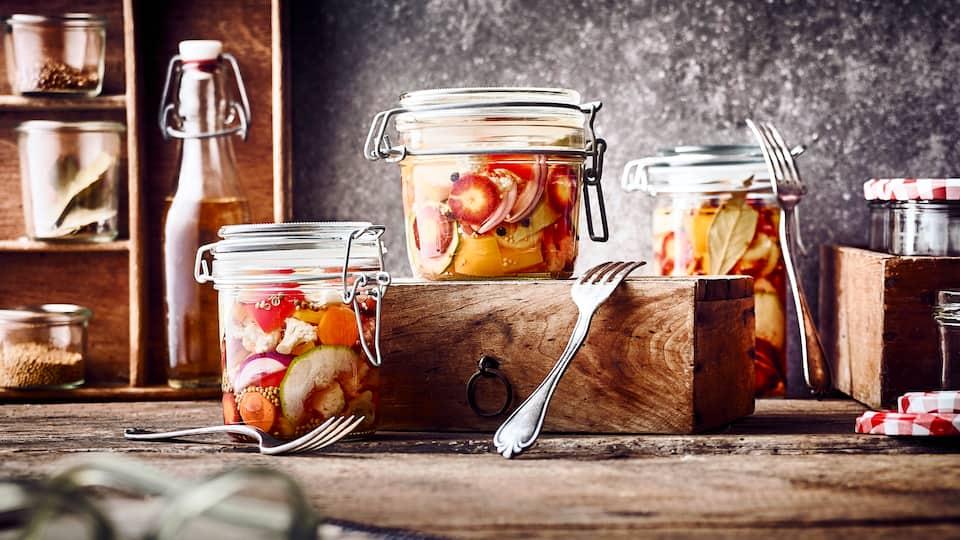 Selbstgemacht schmecken sie noch besser als fertig gekauft: Unser Rezept für Mixed Pickles – allerlei Gemüse selbst eingelegt.