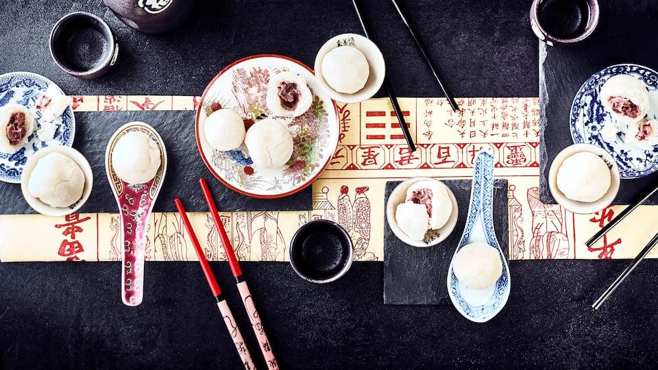 Ob an Neujahr oder zu Festen – die kleinen japanischen Reisbälle oder Reiskuchen werden mit einer Bohnenpaste gefüllt und meist kalt verzehrt.