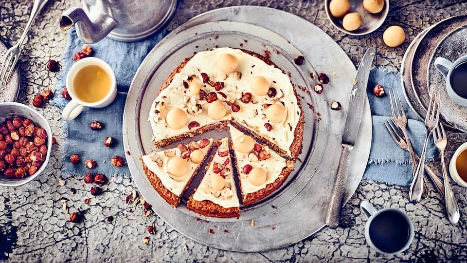Dieser Kuchen ist süß und ballaststoffreich: Probieren Sie unsere Möhren-Haselnuss-Torte mit Schokolade, Ingwer, Kirschwasser und einem cremigen Topping aus Doppelrahm-Frischkäse und Puderzucker!