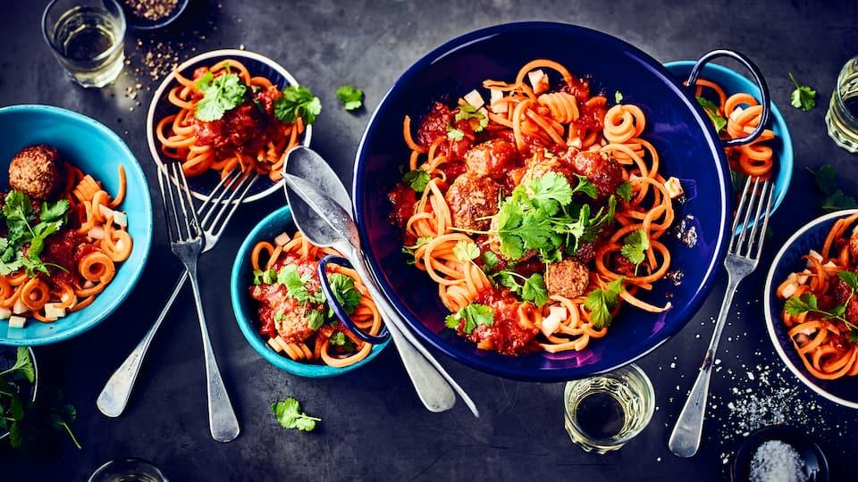 Möhrennudeln sind eine kalorienarme Abwechslung zu herkömmlicher Pasta und richtig lecker. Wir servieren sie mit Hackbällchen-Soße und Koriander.