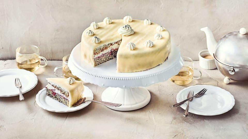 Zugegeben es ist nicht das einfachste Torten-Rezept, aber jede Mühe wert. Klassische Mohn-Marzipan-Torte mit Kirsch-Sahne-Füllung und Marzipandecke.