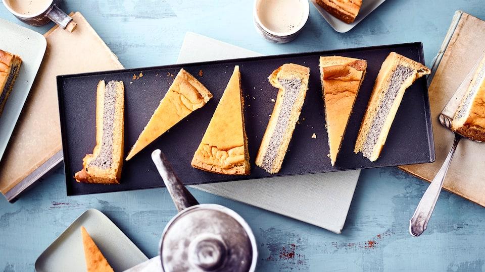 Lieber Mohn- oder lieber Schmand-Kuchen? Am besten beides zusammen: Schnell an den Kaffeetisch, unser Mohn-Schmand-Kuchen ist zum Anbeißen lecker!