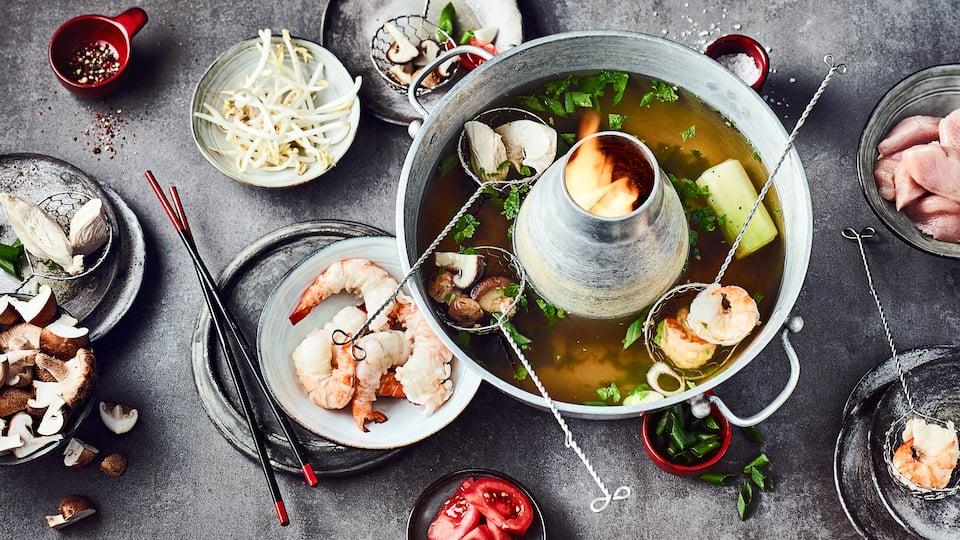 Ähnlich einer Fondue-Idee funktioniert ein mongolischer Feuertopf. Leckere, frische Zutaten die mit einem köstlichen Erdnuss-Chili-Dip genossen werden können.