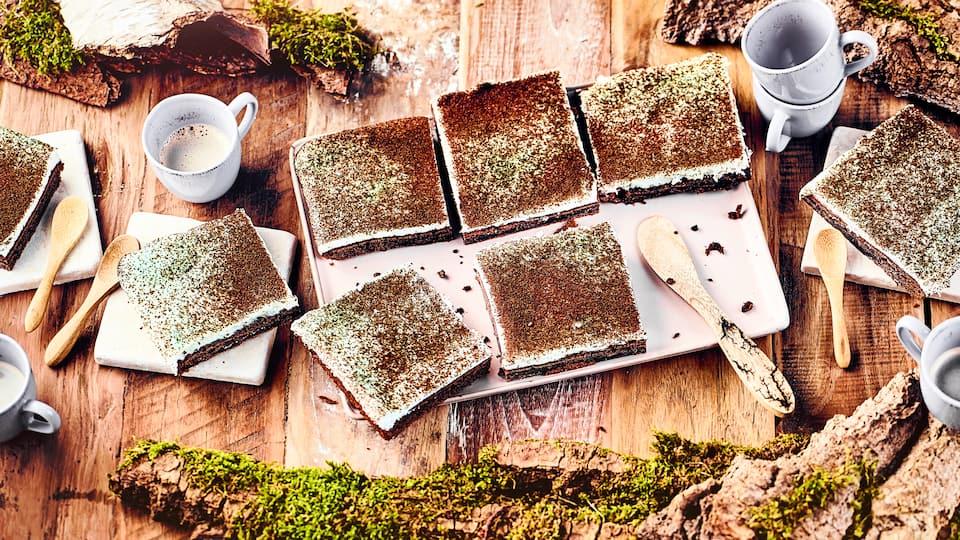 Den Namen hat der Mooskuchen durch den mit gemahlenem Kaffee bestreuten Belag, der dadurch die Farbe von Moos annimmt. Sieht super aus und schmeckt auch richtig lecker!