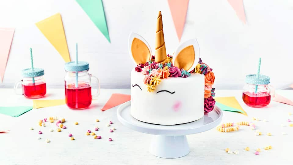 Beglücken Sie doch einmal Ihre Liebsten mit dieser Einhorn-Motiv-Torte. Ob zum Kindergeburtstag, zur Party oder als Geschenk: Hier liegen Sie immer voll im Trend!