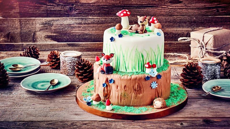 Diese wunderhübsche Motivtorte zum Kindergeburtstag lässt nicht nur Kinderherzen höherschlagen. Fuchs, Igel und Reh im Tortenwald – einfach zuckersüß.