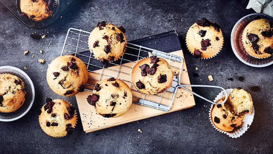 Klassische Muffins mit Schokostückchen dürfen beim Geburtstag oder Zusammentreffen mit Freunden nicht fehlen. Die schokoladigen Muffins gehen einfach immer weg und sind schnell zubereitet.