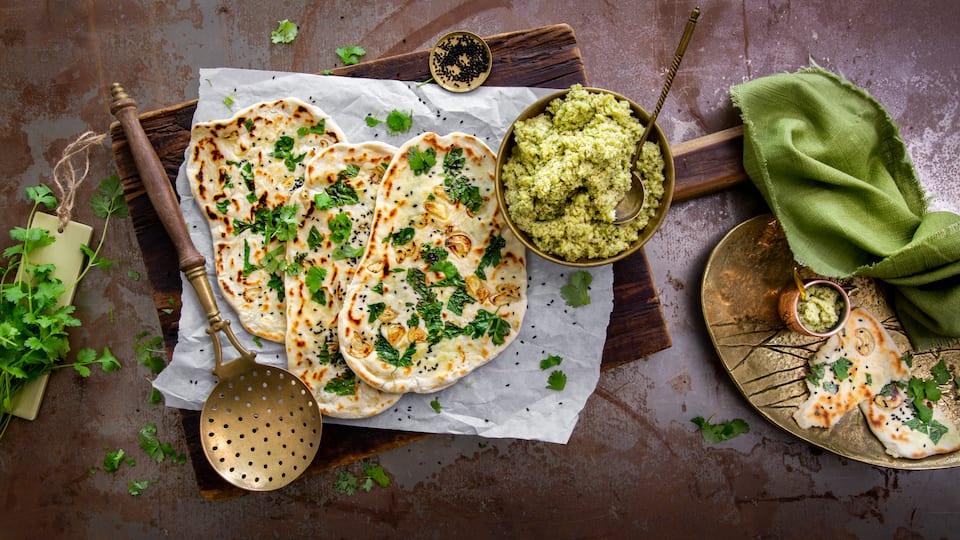 Naan Brot ist eine Sorte der vielen indischen Brotsorten und wird oft als Beilage zu Fleischgerichten gereicht. Besonders lecker schmeckt das Brot mit unserem selbstgemachten Kokos-Chutney.