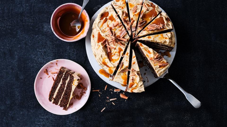 Carrot Cake ist ein wahrer Genuss und super saftig. Unser Rezept beinhaltet neben Möhren, Schokolade und Karamellcreme auch einen Espresso.
