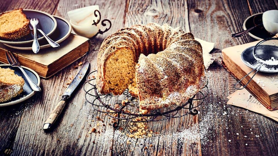 Ein Napfkuchen – oft auch als Topfkuchen oder Gugelhupf bezeichnet – bildet das Herzstück an der Kaffeetafel. Die Form des Kuchens ist sogar schon aus der Antike bekannt!